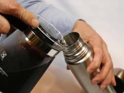 できあがったアイスコーヒーを水筒に入れて会社に